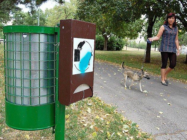 Sáčky pro pejskaře v parku Šibeník.