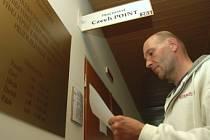 Miloš Pašek stojí u kanceláře služby Czech POINT, kteoru včera zprovoznil mostecký magistrát.