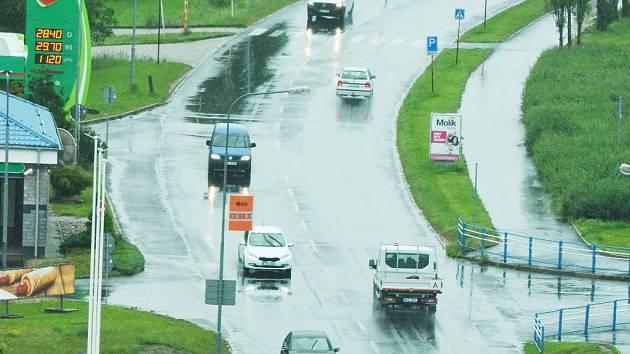 Ulice Velebudická, vlevo čerpací stanice. Foceno 17. června.