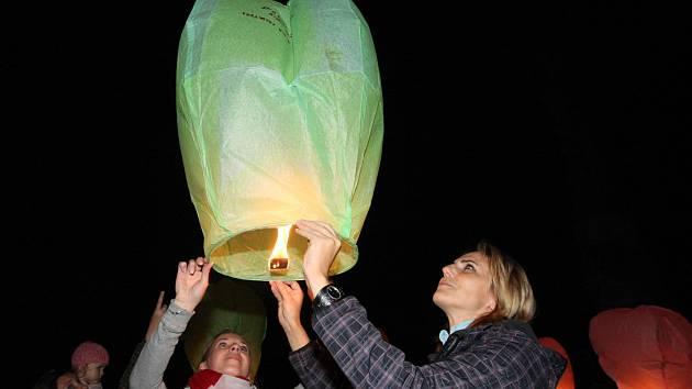 Hromadné vypouštění lamiónků v Litvínově