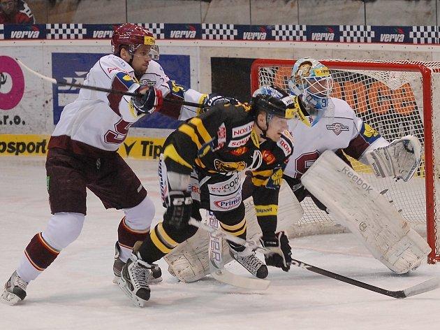 Sparťanský brankář Melicherčík si v Litvínově zachytal, porážku 1:4 ale neodvrátil.