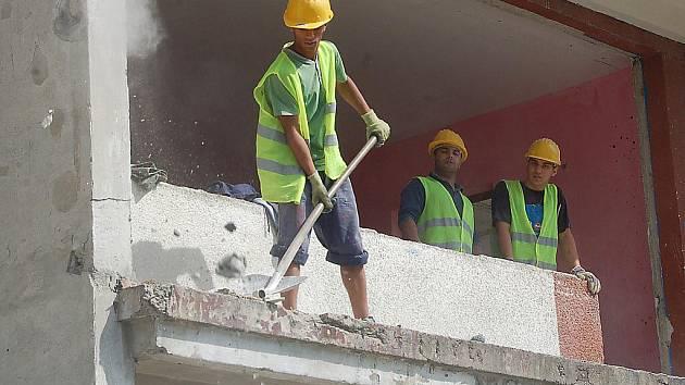 V Chanově začaly opravy panelových domů.