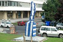 Socha T. G. Masaryka je zahalená do modrobílé plachty, do barev města Mostu.