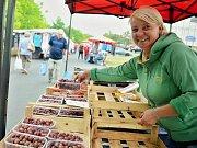 Monika Dlouhá nabízí na úterním trhu v centru Mostu poslední krabičky se sezonním regionálním ovocem.