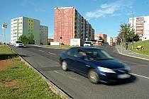 """Na okraji """"Sedmistovek"""" vzniklo nové parkoviště. Na snímku je blízká křižovatka, kde bude kruhový objezd a u něj další parkoviště pro 110 aut."""