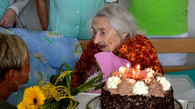 Neuvěřitelné 105. narozeniny oslavila 17. října Hedvika Pazderková, která žije v Domově pro seniory v Barvířské ulici v Mostě.