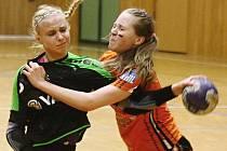 Mostecké starší dorostenky (v oranžovém) vyhrály v Hodoníně o dvě branky.