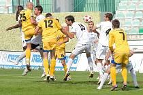 Fotbalisté Mostu (v bílém) remizovali s Českou Lípou.