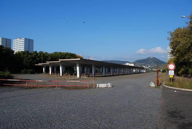Keře na nástupištích, zdevastované občerstvení, díry v zemi, pusto a prázdno. Tak vypadá kdysi rušné mostecké autobusové nádraží.