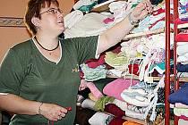 Sociální terenní pracovnice Martina Cmíralová skládá darované oblečení pro sociálně slabé obyvatele.