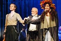 Premiéru muzikálu Balada pro banditu dnes večer uvádí mostecké divadlo. V hlavní roli s Williamem Valeriánem (vlevo). Uprostřed je Otto Liška, vpravo pak Karolína Herzinová, představitelka hlavní ženské role.