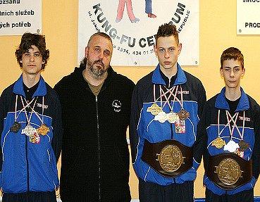 Pavel Benedikt, trenér Petr Václavík, Filip Strajčev a Vojtěch Kotrba (zleva) na Mistrovství Evropy v Maďarsku.