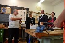 Ministr školství, mládeže a tělovýchovy Robert Plaga navštívil ve středu 22. května Mostecko. Prohlédl si školu v Obrnicích a v obci pak diskutoval s řediteli škol z regionu.