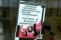 Anarchistický leták na dveřích mosteckého úřadu práce.