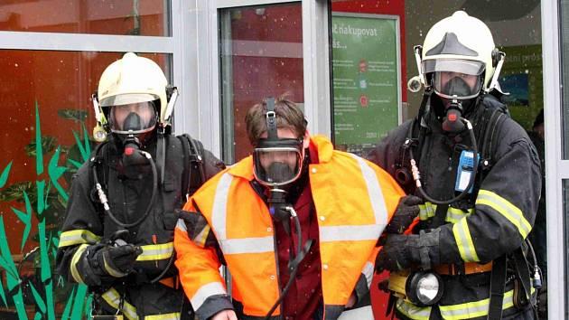 Hasiči zasahují u fiktivního požáru v Tescu