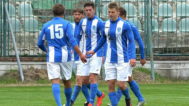 Hráči Mosteckého fotbalového klubu vedou tabulku nejvyšší krajské soutěže.