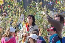 Velikonoční zdobení bříz den před jarmarkem na 1. náměstí v Mostě. Zdobily školy.