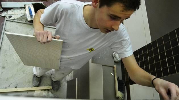 Na Střední technické škole ve Velebudicích se konal 11. ročník soutěže Obkladačská naděje.