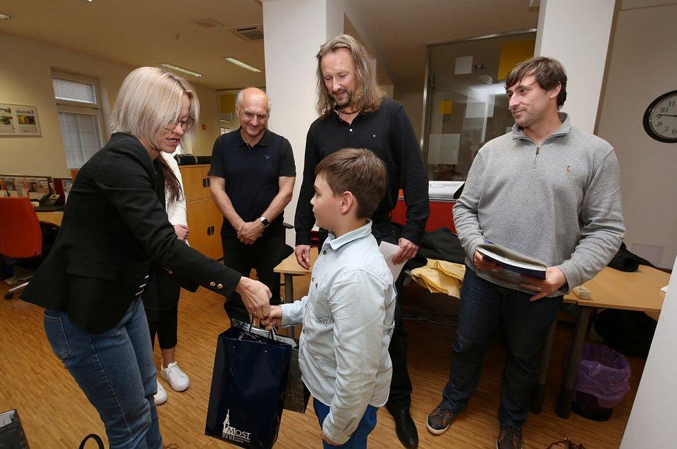 Zástupci Nadace Unipetrol Litvínov předali společně se šéfredaktorem Ústeckého Deníku ceny vítězům fotosoutěže