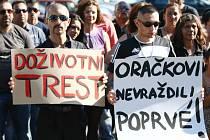 Loňská demonstrace v Novém Boru žádající přísný trest za ubodání mladé ženy.