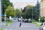 Ulice Zdeňka Štěpánka v Mostě. Tudy, nahoru k panelákům, mají jezdit tramvaje. Radnice si na to nechá udělat technickou studii proveditelnosti.
