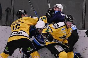 Mostečtí hokejisté (v modrém) nakonec končí v semifinále play off. Dál jde Sokolov.