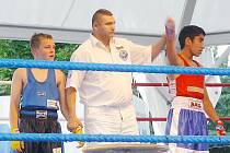 Daniel Bažo (vpravo) vítězí v německém ringu.