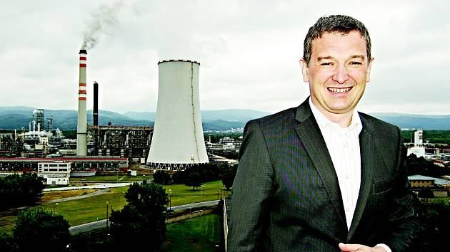 Polák Artur Paździor řídí největší továrnu  na Mostecku. Ze střechy je vidět klíčová část, kde se bude vyrábět víc plastů.