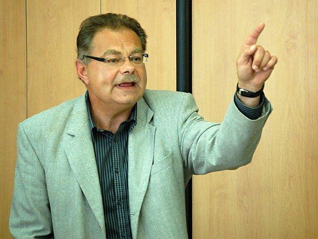 Petr Kolman, generální ředitel Litvínovské uhelné, se rozčiluje při jednání o nové státní Strategii regionálního rozvoje 2014+ na zasedání Hospodářské a sociální rady Mostecka v pondělí 11. září.