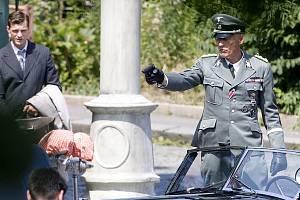 Herec Detlef Bothe, který ve filmu Anthropoid ztvárnil protektora Heydricha, s odznaky od mosteckého modeláře Jiřího Horáka.