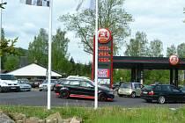 V létě většinou letí ceny pohonných hmot nahoru. Každopádně z pohledu našich sousedů v Sasku je náš benzin pořád levnější, a tak jsou hlavně o víkendu na hraničních čerpacích stanicích fronty. Náš snímek je z Brandova.