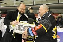 Generální ředitel HC Verva Litvínov Jiří Šlégr gratuluje k jubileu ve funkci vedoucího mužstva Miroslavu Ryklovi.