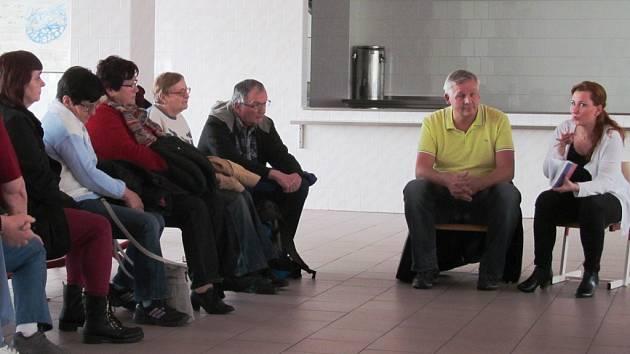 Starostka Kamila Bláhová a radní Roman Ziegler na debatě s občany. Zbylou trojici zastupitelů z ANO, tedy Pavlu Tomášovou, Jiřího Fedorišku a Martina Lišku, nepustila nemoc.