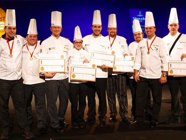 Regionální tým kuchařů ukazuje při společném focení v Lucemburku bronzové medaile a diplomy. Roman Sejval je uprostřed.