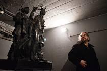 V Galerii Bunkr na Skupovce v Mostě začala výstava Velká mostecká stávka, jejímž autorem je sochař Pavel Karous (na snímkuu). Výstava potrvá do 10. prosince.