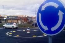 Nový kruhový objezd u čerpací stanice ve Velebudické v Mostě
