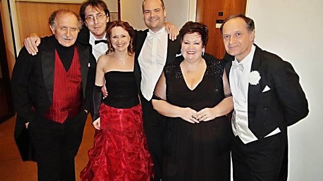 Mostecký hudebník a kapelník Petr Macek (vlevo) se sólisty březnového zábavného koncertu v mosteckém divadle, kde si posluchači vyslechli árie a dueta z operet.