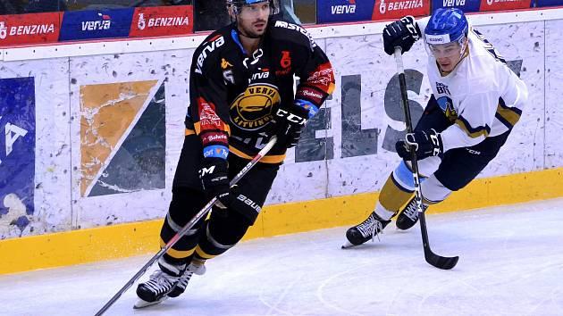 Litvínov (v černém Lukeš) si poradil ve třetím přípravném duelu s Litoměřicemi. Snímek je z minulého zápasu Vervy s Kladnem.