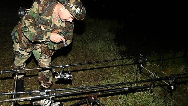 Rybářská stráž kontroluje svůj revír v nočních hodinách.