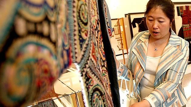 Výstava čínského tradičního oblečení a doplňků v mosteckém muzeu.