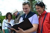 Komise soutěže Vesnice roku vyrazila v úterý 13. června do horské obce Brandov. Na snímku jsou členové Tomáš Sazeček, koordinátor celostátní sítě pro venkov pro Severozápad, a Ivana Horčicová, předsedkyně komise a starostka obce Bžany