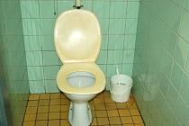 Záchod na mosteckém vlakovém nádraží.