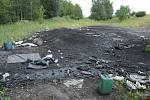Deník zdokumentoval místo, kde se v rozporu se zákonem ve velkém vypalují kabely a získávají kovy z různých elektrozařízení. Spálená louka s ohořelými stromy leží na katastru Růžodol u Litvínova. Je to státní pozemek.
