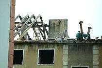 Dělníci rozebírají střechu bloku 31 v Mostě, který do podzimu zmizí.