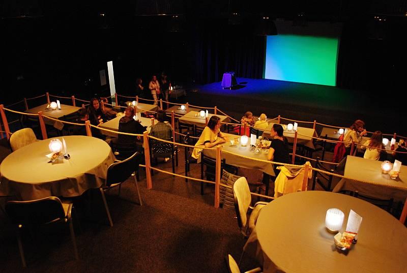 Z bývalého kina Mír v suterénu mostecké knihovny vznikl multifunkční kulturní sál Studio3 provozovaný nahrávacím studiem Ponte Records založeným Mírou Kuželkou.