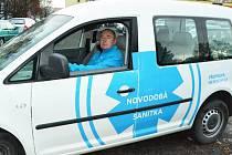 Provozovatel novodobé sanitky, určené nejen seniorům, Vladimír Škaloud, za volantem svého pick upu, je k vidění nejen v ulicích Mostu již víc než měsíc.