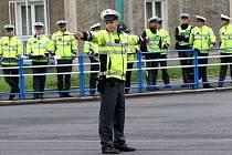Soutěž dopravních policistů - regulovčíků v řízení dopravy na rušné křižovatce v Mostě.