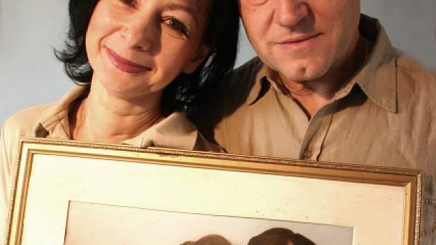 Miloslava a Oldřich Hájkovi dnes a na svatební fotografii.