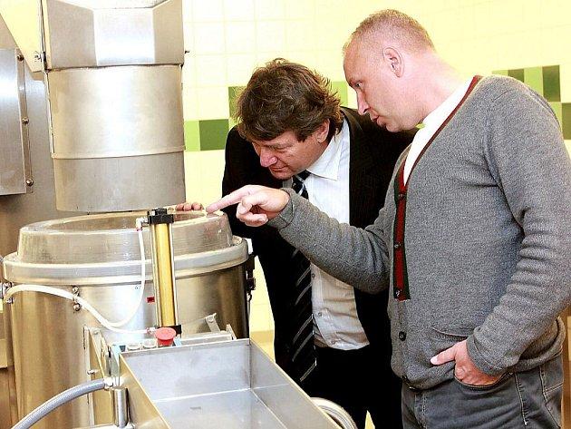 Jiří Šulc a Petr Benda si prohlížejí loupačku na brambory v mostecké nemocnici.