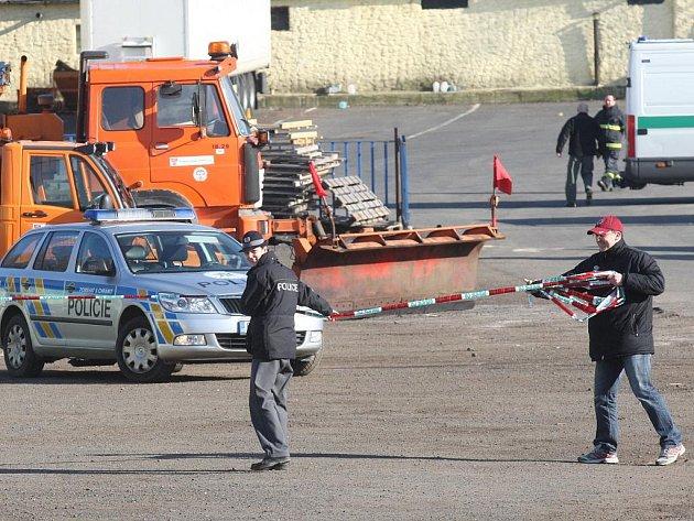 Policisté zasahují v areálu firmy Komunální servis v Litvínově, kde sídlí i technické služby.
